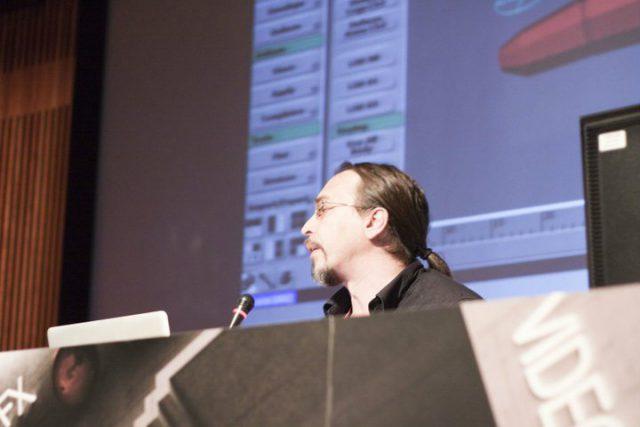 Javier Vega, durante la charla en Mundos Digitales 2010