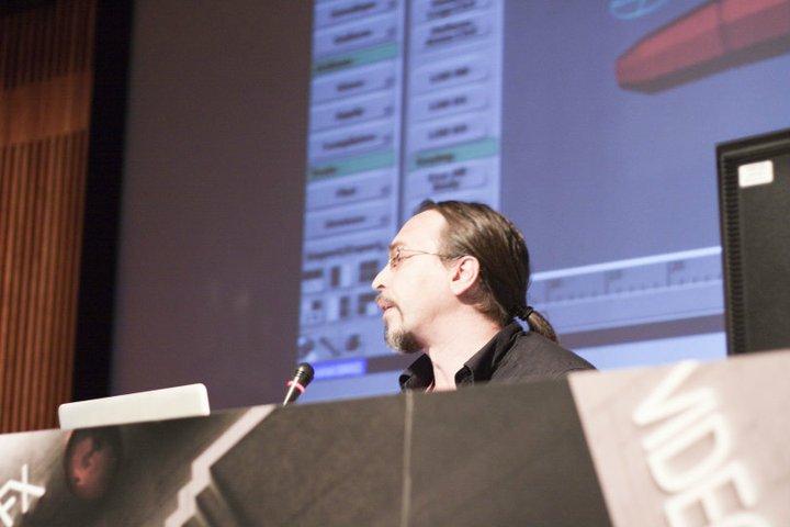 Javier Vega durante la charla en Mundos Digitales 2010
